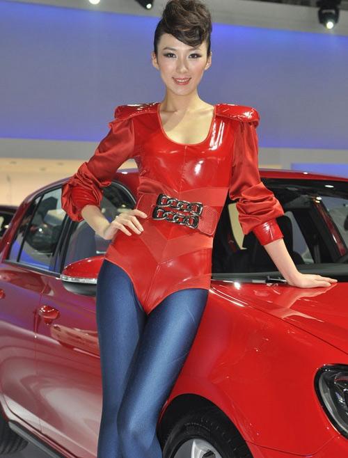 性感蓝裤前凸后翘靓丽女超人红衣秀车展炫性感舞猫qq样图片