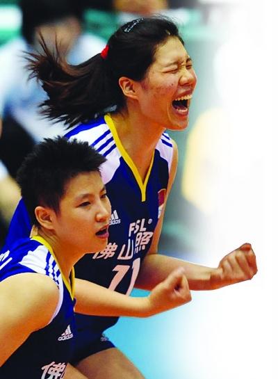 徐云丽(右)在赛场上非常兴奋。