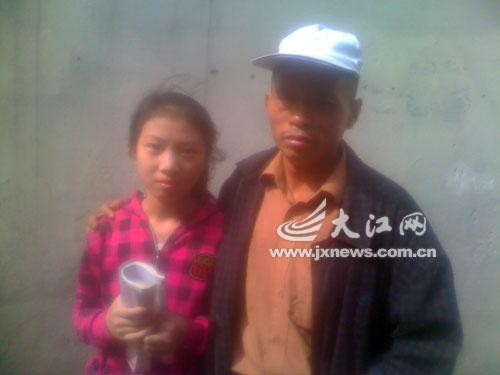 勇敢小女生夏娟和养父。