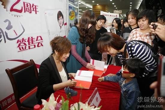 李静为4岁小粉丝签名