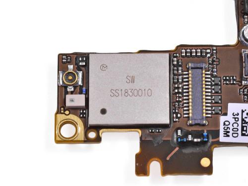 此前iphone 4的通信芯片组为高通mdm6600,而编号338s0973的苹果芯片则