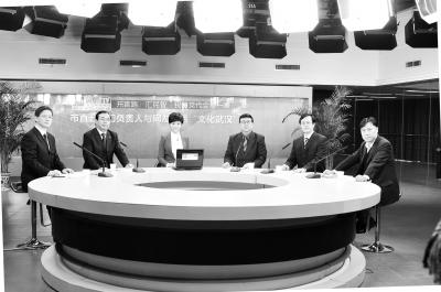 市直五部门领导(左1朱进,左2吕值友,右1梅明蕾,右2严宏,右3谢功卓)作客武汉网络电视台。