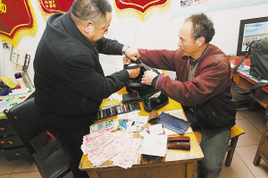 王超华把捡来的包交到金马小区菜市场办公室