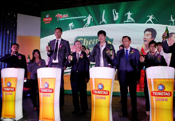 """青岛啤酒2012品牌推广口号""""青岛啤酒与世界干杯""""仪式现场"""