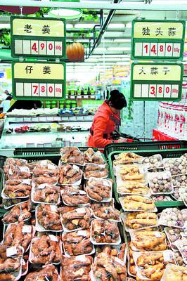 随着CPI涨幅的回落,姜蒜等蔬菜的价格走低。这是昨日下午人民中路某超市内的蒜、姜等<a href=