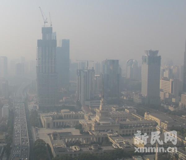 近日,复旦大学新近公布的一个有关雾污染及污染物痕量检测的课题报告显示,上海市区采集到的雾水存在多种致癌致畸物。新民网资料图