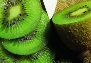 猕猴桃:寒性水果,多吃对肠胃有刺激,最好只吃中间绿色部分,容易引发过敏。