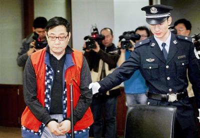 因创作歌曲《血染的风采》等而走红的著名音乐人苏越,被控以投资迎奥运巡演等为由,先后骗取5746万余元。
