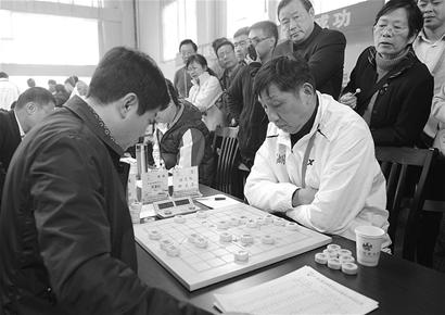 湖北日报讯 象棋特级大师柳大华右在昨日的智运会象棋比赛...
