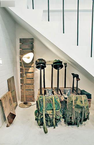 楼梯底下有多个造鞋用的金属支架作摆设