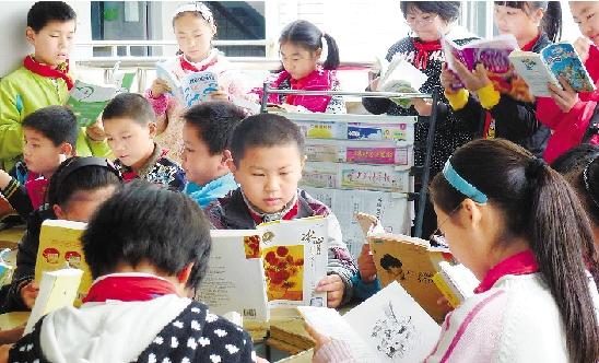 """昨日,在绍兴县柯桥双梅小学教室走廊的""""学生读书角""""上,学生们在课余"""