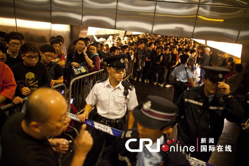 香港苹果专卖店外市民通宵排队购买iphone 4s