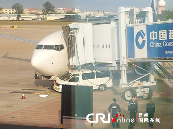 厦门机场发生汽车与飞机相撞事故 航班延误高清图片