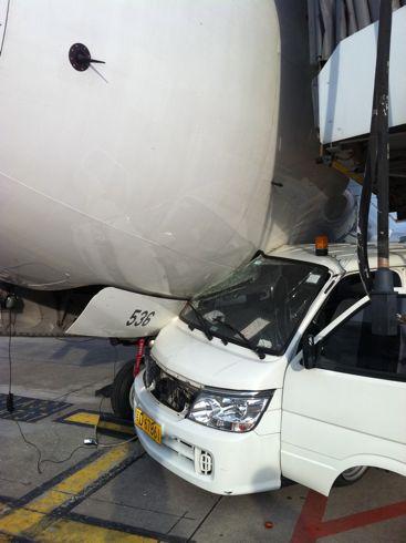 汽车撞飞机