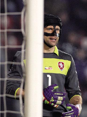 足坛面具侠不止切赫一个,可他是欧足联唯一特许可以戴头盔...