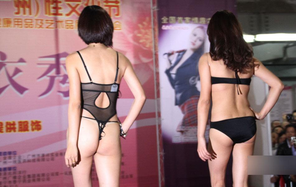 日本最大胆人体性囹d)_一侧新增加的50 幅人体摄影展同样吸引了大批参观者.