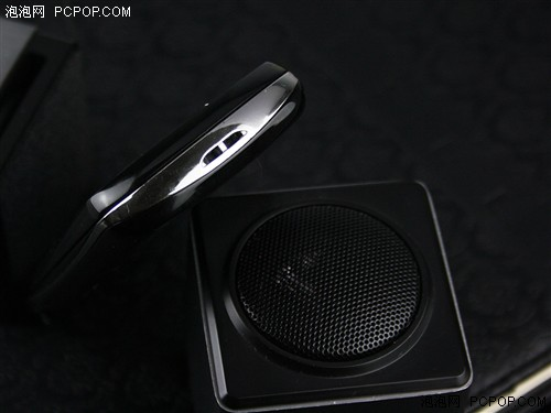 手机左侧设计相对也比较简单,在顶部位置有一个3.5mm的耳机接口以及电源/解锁键。值得一提的是这款手机的电源键面积会比较小,而且手感也一般,一开始使用可能会有一些不习惯。