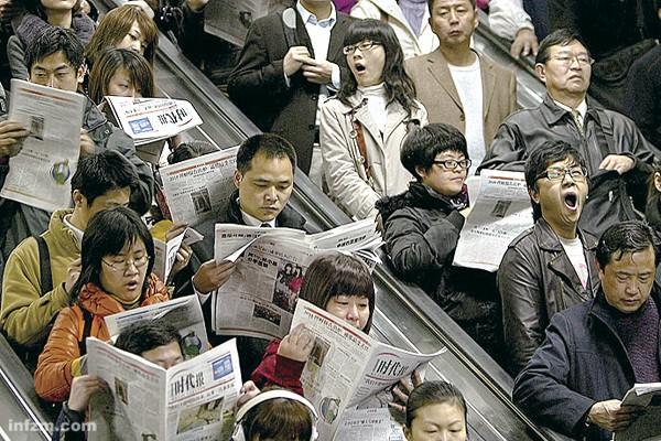 上海白领早班地铁生 活:上海人民公园地铁 站,早晨八点多钟,往浦 东新区赶早班的人们。 (田鸣/图)