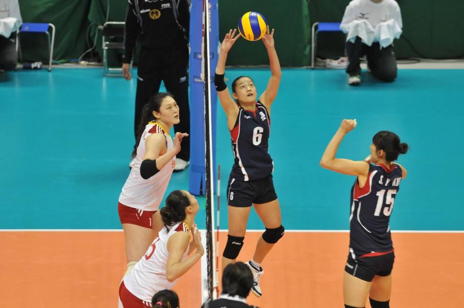 北京时间11月13日,2011年世界杯女排赛第八轮的争夺全面展开。中国女排在与亚洲老对手韩国队的交锋中技高一筹直落三局横扫对手,收获本次世界杯赛的第六场胜利。