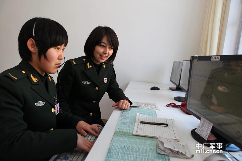 总机班班长阿达列提为新兵传授话务技巧