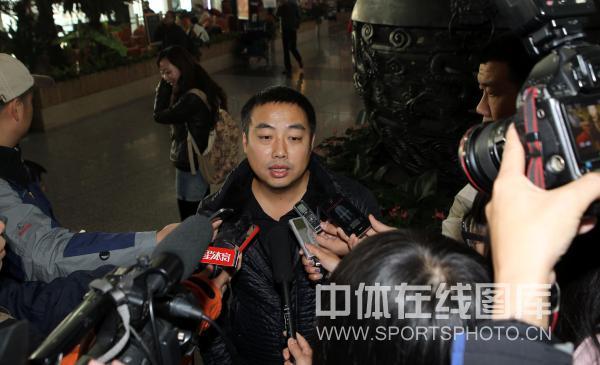 图文:男乒结束世界杯回国 刘国梁回答提问