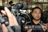 图文:男乒结束世界杯回国 刘国梁接受采访