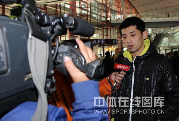 图文:男乒结束世界杯回国 张继科侃侃而谈