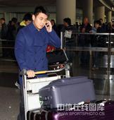图文:男乒结束世界杯回国 王皓正在打电话