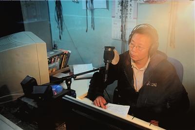 """为盲人讲电影前,王伟力反复观看影片准备""""串词""""。"""