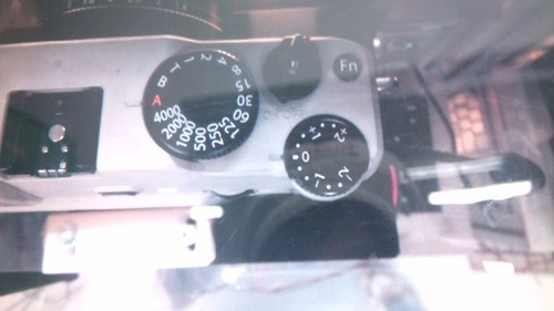 富士可换镜头小型数码相机新品谍照泄漏(顶部细节图)