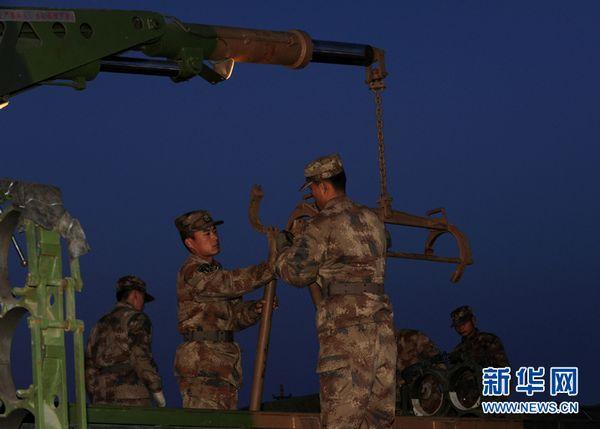 远程火箭炮实射击图片_组图我军300毫米远程火箭炮大漠中实弹射击_