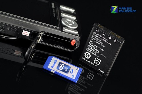 图为:明基AE110电池及存储卡仓