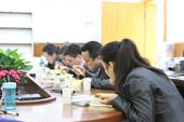 图文:智运会五子棋15日 裁判在赛场共进午餐