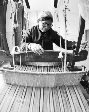 下老等移民点,一些上了年纪的老人将家中闲置多年的老式织布机重新图片