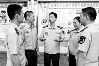 琼海边防支队政委林国伟与官兵谈心交流.黄继辉摄图片