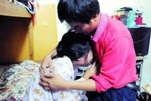 图为11月7日中午,西乡河东社区,杨某和妻子王某相拥而泣。