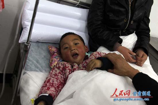 正在医院接受治疗的受伤儿童 (赵野 摄)