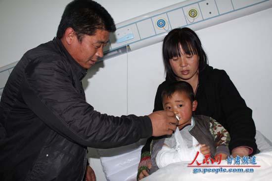 正在医院接受治疗的受伤儿童,其父母陪护在身边 (赵野 摄)