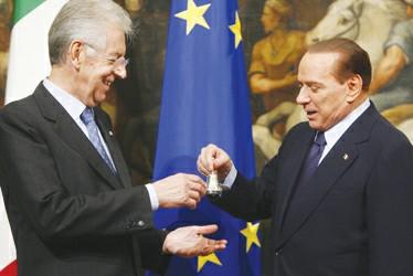 蒙蒂(左)从贝卢斯科尼手中接过象征总理权力的小铃 图ic