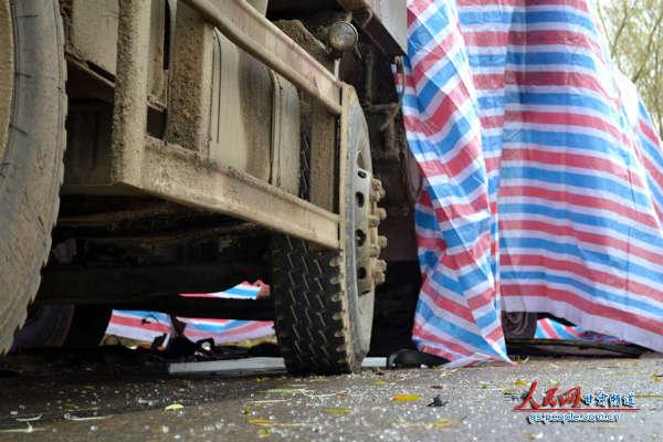 事故现场残存的玻璃碎渣(图片来自本网一线报道组)