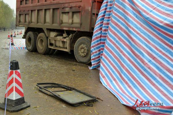 撞落在地的车窗,向我们无声讲述着那个不堪回首的早晨(图片来自本网一线报道组)