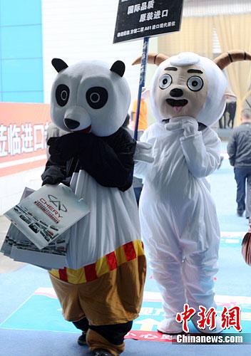 """当天,卡通人物""""功夫熊猫"""",""""喜羊羊""""为某汽车经销商招揽消费者."""