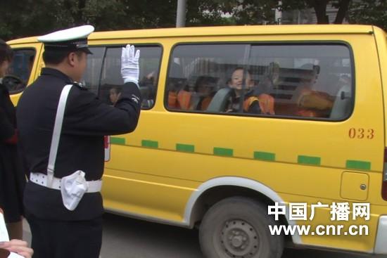 贵州铜仁校车无保险也敢上路 交警当场叫停