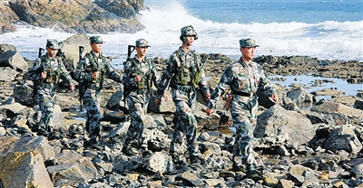 连队官兵环岛巡逻。