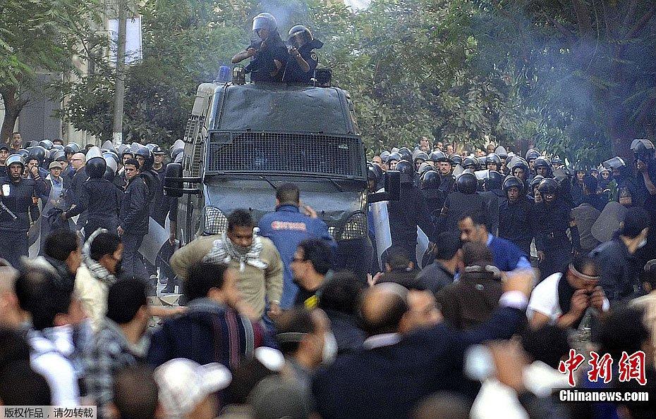 组图:埃及首都开罗爆发示威者与军警冲突