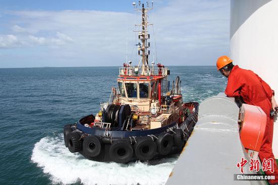 """中国南极科考船""""雪龙号""""离开澳大利亚挺进南极"""