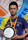 图文:香港羽毛球公开赛赛况 林丹手捧奖杯