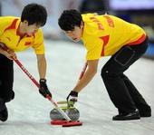 图文:太平洋赛中国男壶惜败 巴德鑫与队友擦冰