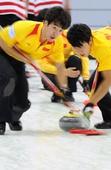 图文:太平洋赛中国男壶惜败 陈路安与队友擦冰