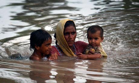 一位巴基斯坦母亲带着她的两个孩子在洪水中搏击,极力地游向岸边。IPCC的报告涉及人为气候变化和极端天气之间的关系。